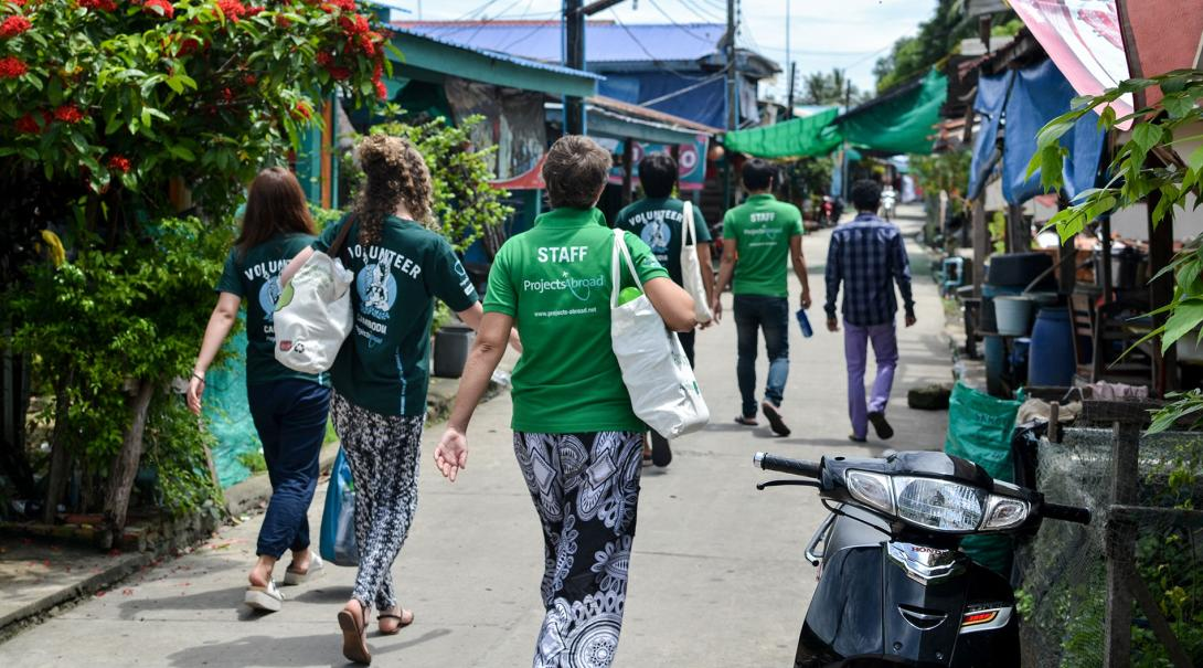 Care & Community volunteers go sightseeing during their High School Special volunteering trip in Cambodia with Projects Abroad.